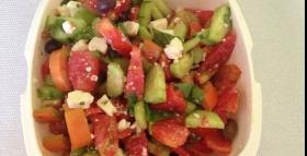 Insalata con feta e olive taggiasche
