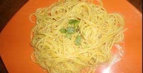 Spaghetti gialli aglio, olio, curcuma e zenzero.